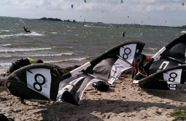 Den sicheren Umgang mit Board und Kite lernst du bei uns im seichten Stehrevier und in kleinen Gruppen von maximal zwei Teilnehmern pro Lehrer